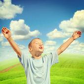 счастливый мальчик открытый — Стоковое фото