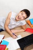 Fröhliche teenager hausaufgaben — Stockfoto