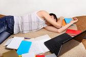 Adolescent dort avec les livres — Photo