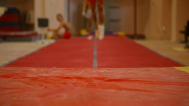 Athletes gymnasts in training — Stock Video