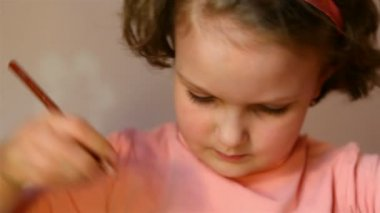 Little girl drawing with colored pencils. — Stock Video
