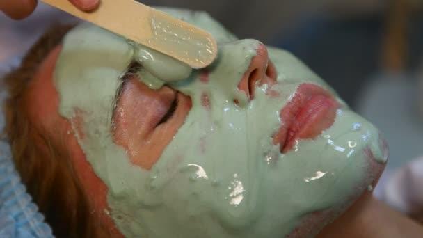 Procedimiento cosmético para aplicar una máscara — Vídeo de stock