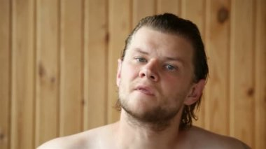 Mal rasé jeune homme rasage — Vidéo