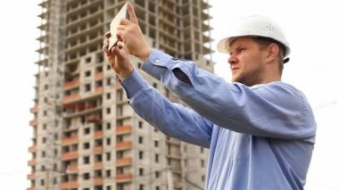 Construction engineer with the tablet — Stock Video