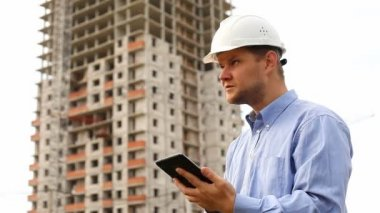 Construction engineer with the tablet. — Stock Video