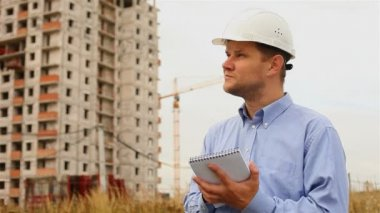 Construction engineer writes in a notebook — Stock Video