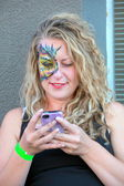 Female face painter. — Stock Photo