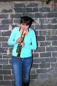 Kadın trompet çalıyor. — Stok fotoğraf
