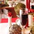 Table decoration in white, green and red — Stock Photo