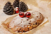 "Christmas sweet cut ""log"" in the background floured wooden board — Стоковое фото"