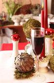 Beyaz, yeşil ve kırmızı masa dekorasyonu — Stok fotoğraf