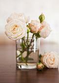 Rozen in een glazen — Stockfoto