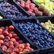 Fresh and organic fruits at farmers market — Stock Photo