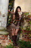 девушка в осень в разрушенного старого здания — Стоковое фото
