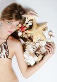 Genç kız bikini kabukları ile konuyor — Stok fotoğraf