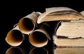 Molte antiche pergamene e vecchi libri — Foto Stock