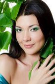 漂亮的女人和春天绿色叶子 — 图库照片