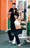 Kobieta na sprzęt do ćwiczeń w klub sportowy — Zdjęcie stockowe