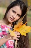 La joven en el parque otoño — Foto de Stock