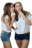 Dvě dívky přítelkyně jsou zašeptal — Stock fotografie