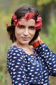 Portret van het jonge meisje met herfst gebladerte — Stockfoto