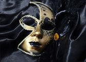 Máscara de ouro carnaval com penas pretas — Foto Stock
