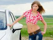 Den vackra flickan står nära vit bil — Stockfoto