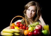 Bella ragazza con frutta e verdura — Foto Stock