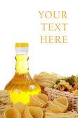 Nudeln mit ein olivenöl isoliert auf weißem hintergrund — Stockfoto