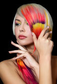 Donna con make-up luminoso e multicolore strand nei capelli — Foto Stock