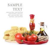 Těstoviny s olivovým olejem a rajčaty, samostatný — Stock fotografie
