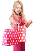 Mooie vrouw met boodschappentassen geïsoleerd op wit — Stockfoto