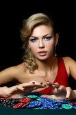 Den vackra kvinnan med kasinomarker — Stockfoto