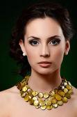 Den vackra kvinnan i dyra hänge — Stockfoto