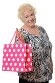 A mulher idosa com um pacote — Fotografia Stock