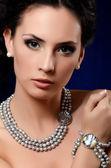 A mulher bonita caro pingente — Foto Stock