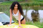 Donna lava la macchina — Foto Stock