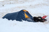Namiot i śnieżnych pokryte śniegiem na wycieczki górskie ekstremalne — Zdjęcie stockowe