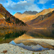 Mountain lake in autumn with blue sky and beautiful reflections — Stock Photo