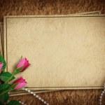 ročník karta pro dovolenou s růží na abstraktní poza — Stock fotografie