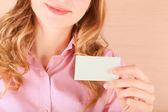 Mujer de negocios con su tarjeta de visita — Foto de Stock