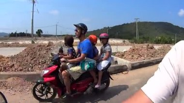 Motorbike, transportation of children. Vietnam — Stock Video