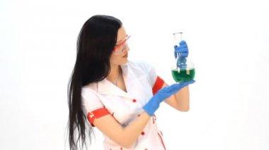 Asystent w laboratorium analizy cieczy — Wideo stockowe