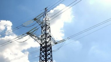 High voltage tower and cables against blue sky — Vídeo de Stock