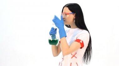 Assistente di laboratorio, analizzando un liquido — Video Stock