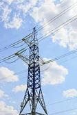 电力塔反对蓝多云的天空 — 图库照片