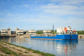 Tanker in the channel comes into the gateway — Stock Photo