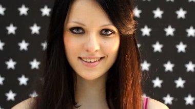 Junge schöne Frau flirten — Stockvideo