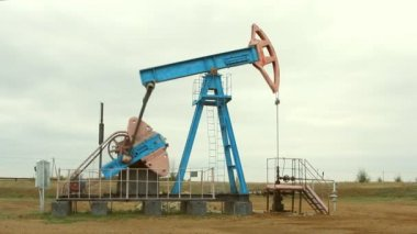 Oil and gas industry. Work of oil pump jack on a oil field — Stock Video