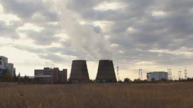 Torres de enfriamiento de una estación de energía — Vídeo de stock